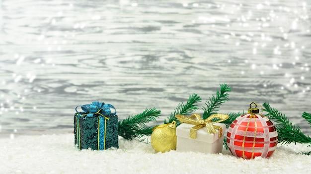 Farbiger festlicher dekor spielt mit niederlassungen des weihnachtsbaums