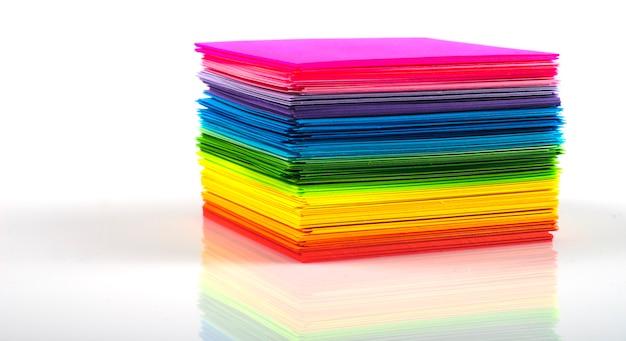 Farbiger papierstapel lokalisiert auf weißem hintergrund
