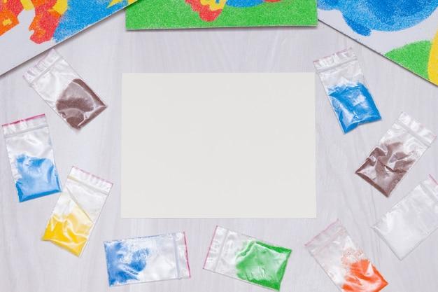 Farbiger sand zum zeichnen von bildern. kinder entwickeln aktivität für motorische fähigkeiten.