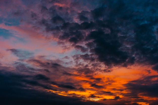 Farbiger sonnenuntergang. kunsthimmelbild.
