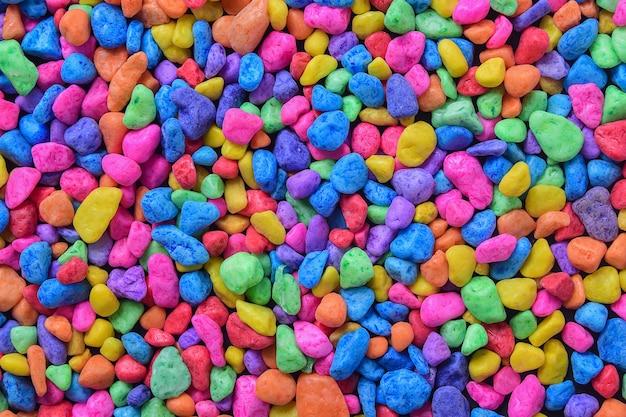 Farbiger stein, farbenfrohe steine für die dekoration von kleinen gärten oder aquarien