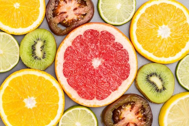 Farbiges abstraktes stillleben von fruchtscheiben.
