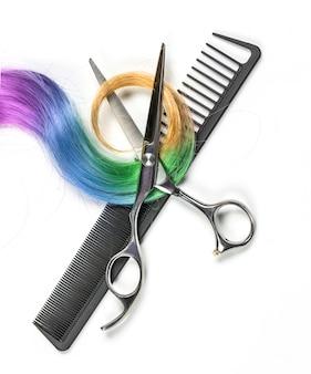 Farbiges haar und schere