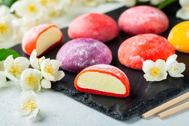 Farbiges japanisches eis mochi im reisteig.
