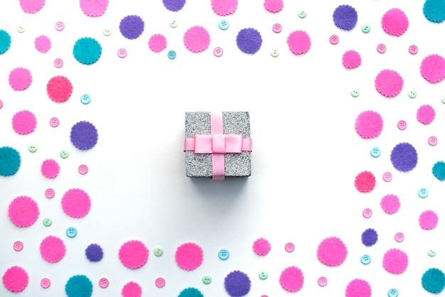 Farbiges konfetti-kastengeschenk auf einem weißen hintergrund.