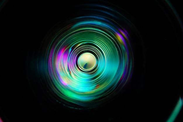 Farbiges licht bewegt sich bei langzeitbelichtung im dunkeln.