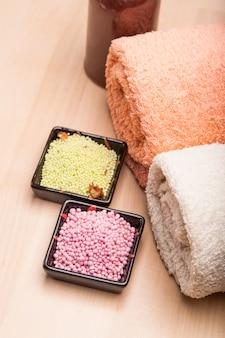 Farbiges meersalz und handtücher für das spa