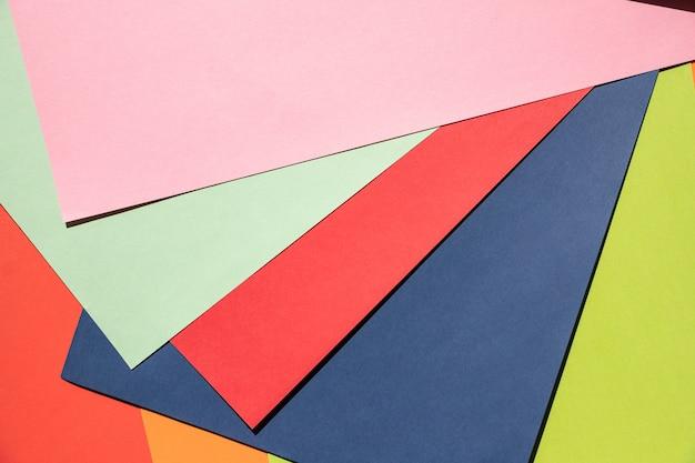 Farbiges papier. grafischer geometrischer kreativer farbpapierhintergrund