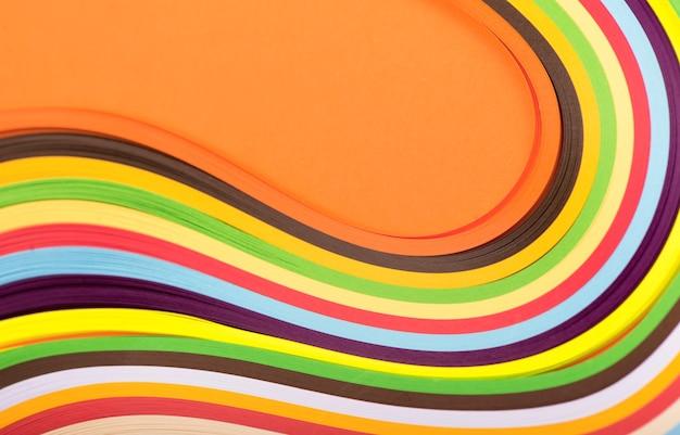 Farbiges papier, querschnitt, hintergrund in keilen gestapelt.