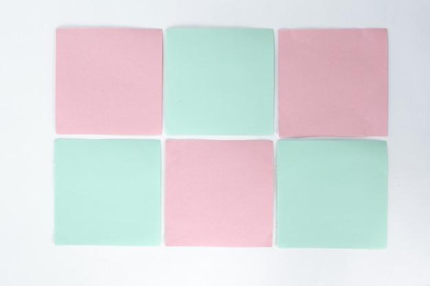 Farbiges papier zum aufnehmen von notizen auf einem weißen background.photo mit kopienraum.