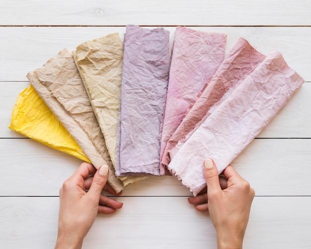 Farbiges tuch-sortiment mit natürlichen pigmenten