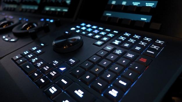 Farbkorrektur-controller-maschine im telecine-raum-studio-labor zum bearbeiten von video-colortone-online-prozess