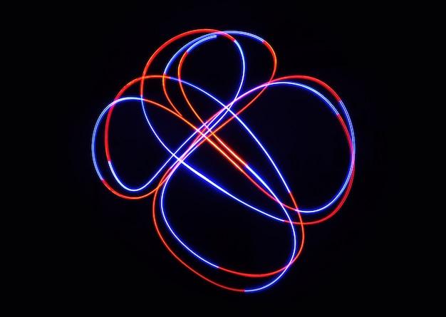 Farblichtlampe bewegt sich bei langzeitbelichtung im dunkeln.