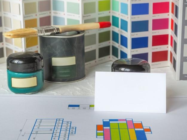Farblösungen und farbe in einem glas. wählen sie eine farbe für den job.