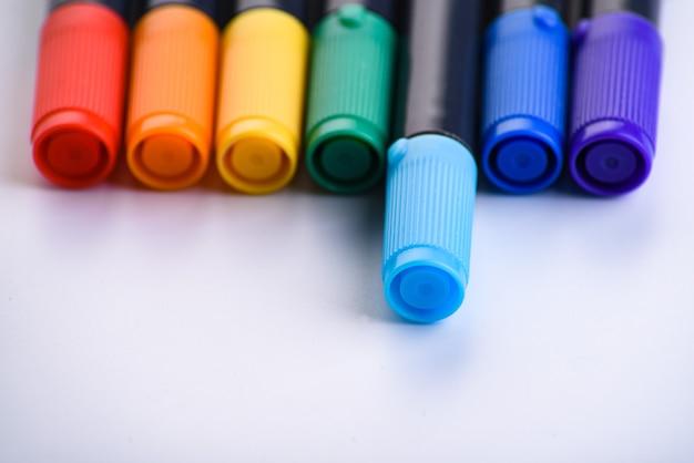 Farbmarkierungs-farbstiftsatz isoliert auf weiß