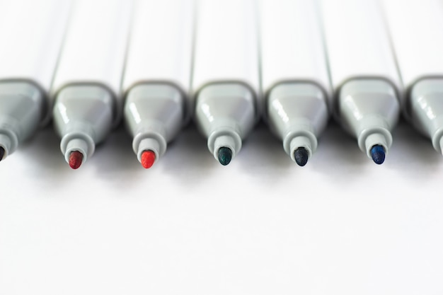 Farbmarkierungsstifte lokalisiert auf papierhintergrund