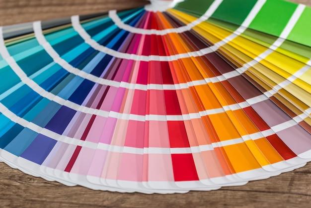 Farbmuster auf holztisch als hintergrund