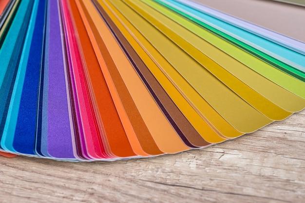 Farbmuster auf holztisch, nahaufnahme
