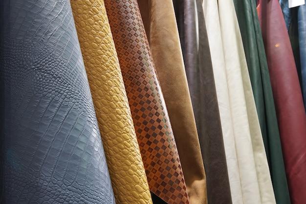 Farbmuster aus rindsleder in vielen stilrichtungen in reihe