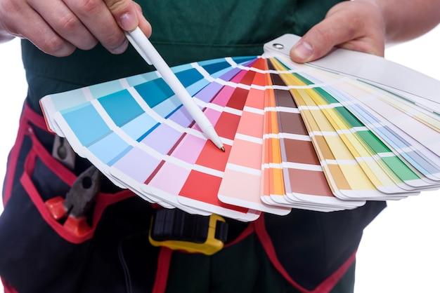 Farbmuster in männlichen händen
