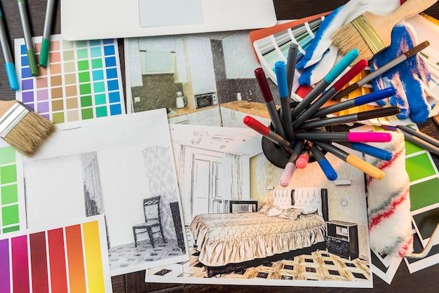 Farbmuster und blaupause als architektur-, innenarchitektur- und sanierungskonzept. arbeitsplatz architekt. haus zeichnen.