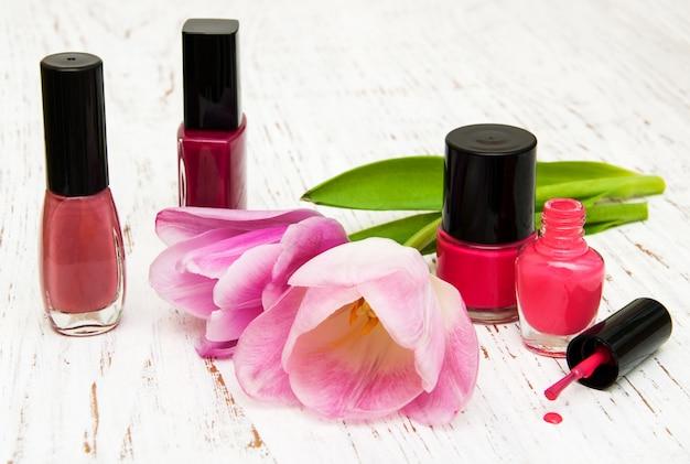 Farbnagellack und tulpen