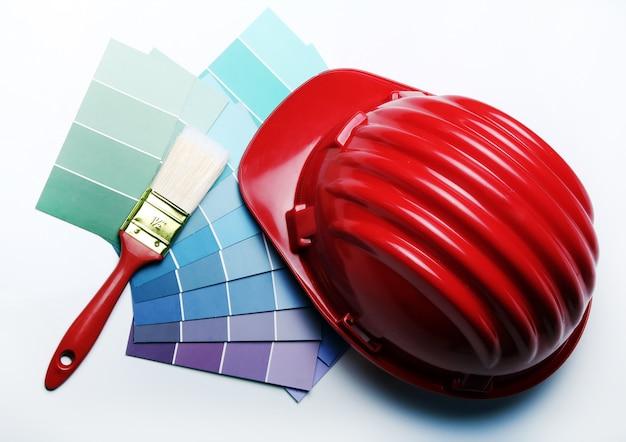 Farbpalette und schutzhelm