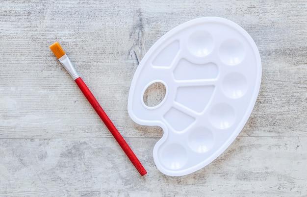 Farbpinsel und farbpalette des weißen tabletts