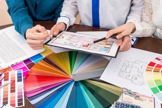 Farbprojekt und designer-team des hausprojekts