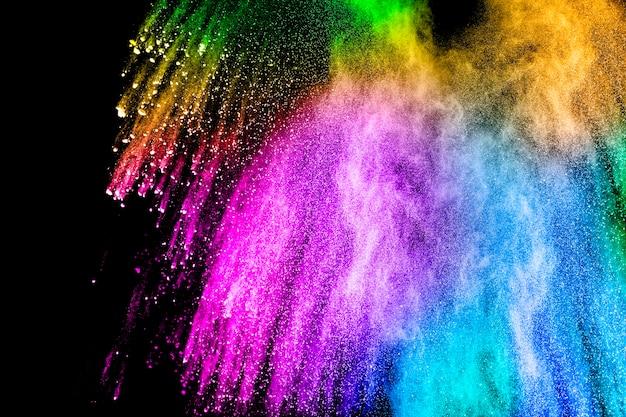 Farbpulverexplosions-wolke lokalisiert auf schwarzem hintergrund.