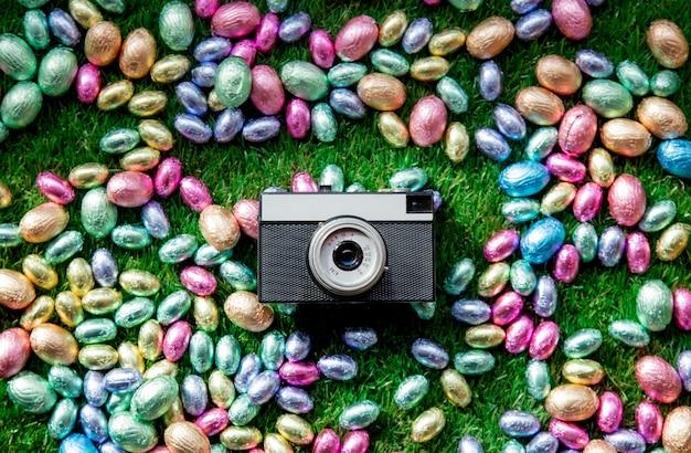Farbschokoladen-ostereier und weinlesefotokamera