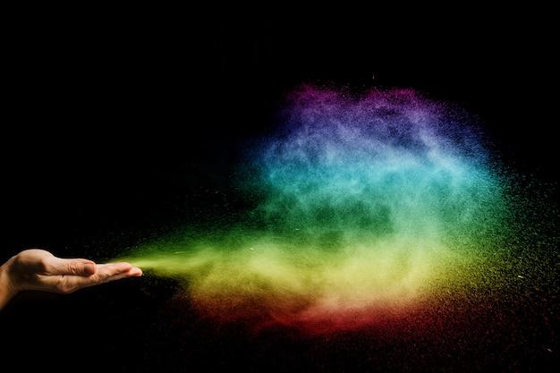 Farbstaubpartikel quellen mit den händen auf