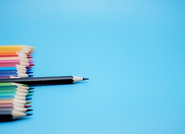 Farbstifte auf blauem hintergrund merkmale der führung