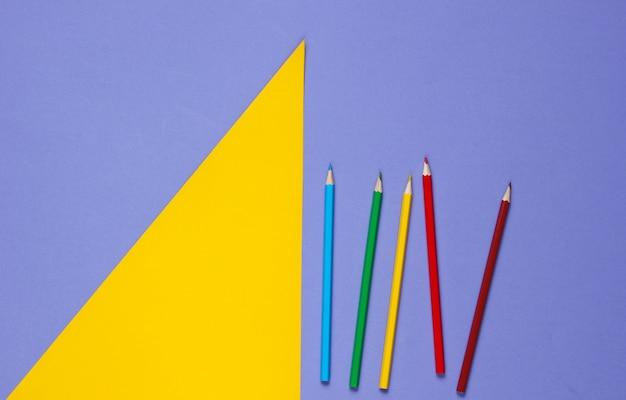 Farbstifte auf einem lila gelb
