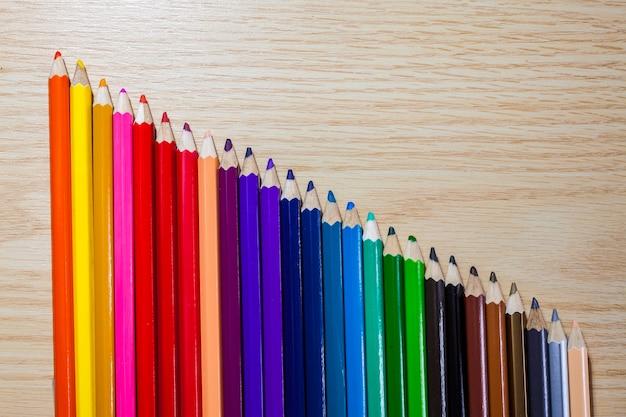 Farbstifte auf holzhintergrund