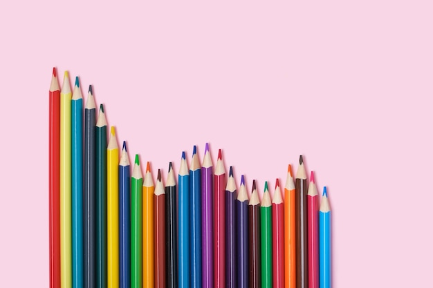 Farbstifte auf rosa hintergrund draufsicht kopierraum buntstifte haben die form eines diagramms
