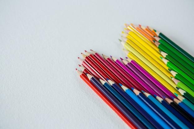 Farbstifte in herzform angeordnet