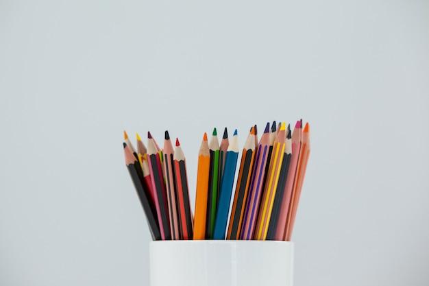 Farbstifte in tasse aufbewahrt