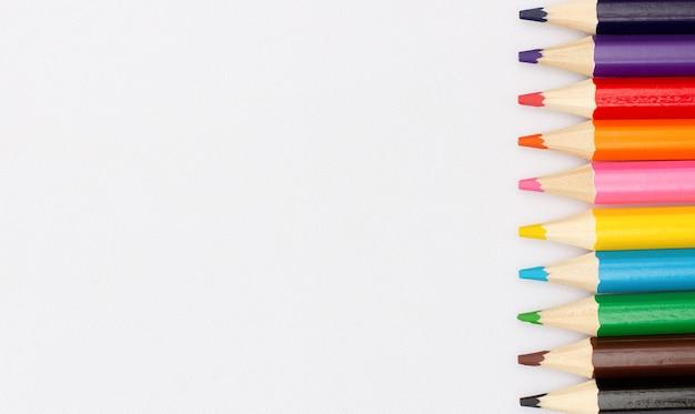 Farbstifte isoliert über weiße fläche nahaufnahme Premium Fotos