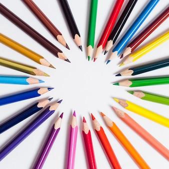 Farbstifte liegen in einem kreis auf einem weißen isolierten Premium Fotos