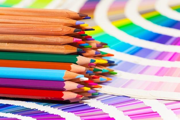 Farbstifte und farbkarte aller farben