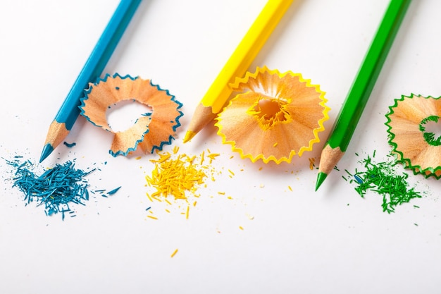 Farbstifte und späne auf dem weißen papier