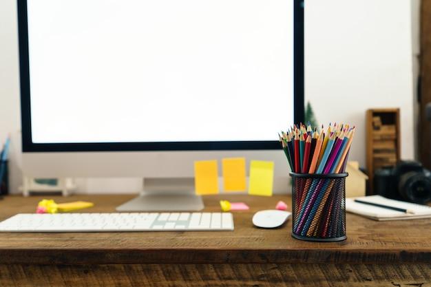 Farbstifte vor dem schreibtisch zu hause platziert