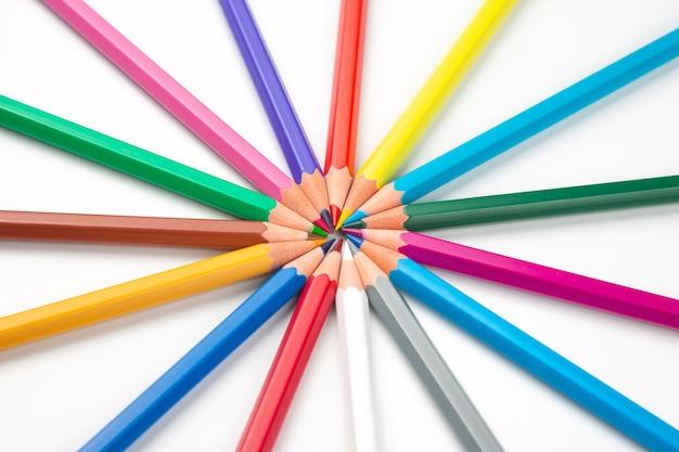Farbstifte zum zeichnen auf einem weißen hintergrund. bildung und kreativität. freizeit und kunst