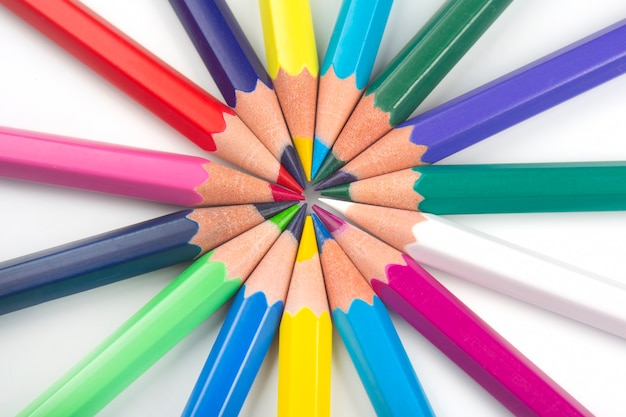 Farbstifte zum zeichnen auf einer weißen oberfläche. bildung und kreativität. freizeit und kunst