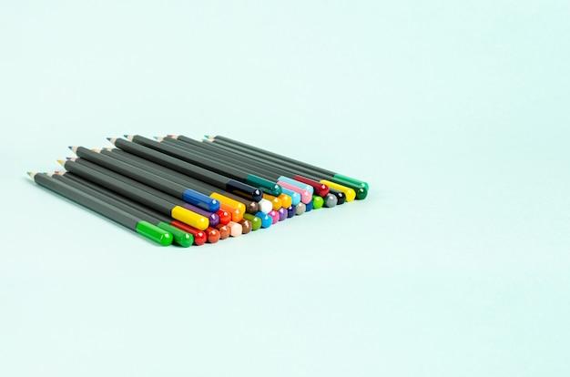 Farbstifte zum zeichnen auf grauem hintergrund