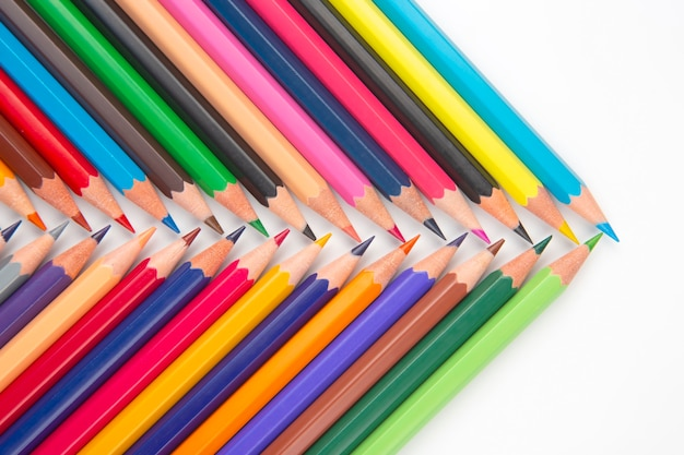 Farbstifte zum zeichnen auf weißem hintergrund. bildung und kreativität. freizeit und kunst