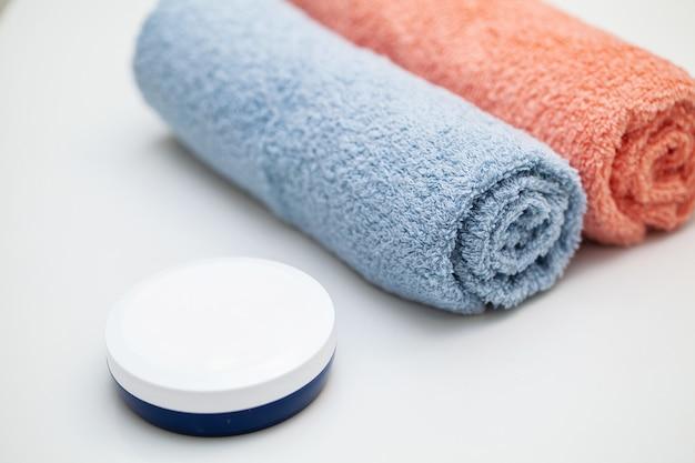 Farbtücher auf weißer tabelle auf badezimmer