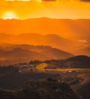 Farbverlauf der orange farben in einem schönen sonnenuntergang von einer spitze eines berges