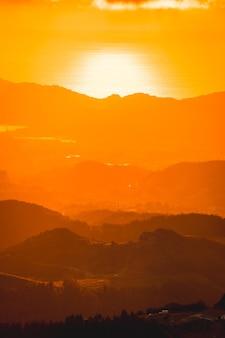 Farbverlauf in einem schönen sonnenuntergang von einem gipfel eines berges